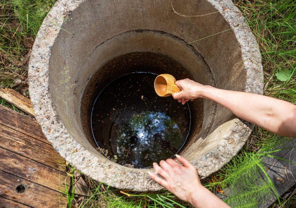 Jordbrokällans vatten är en brun sörja