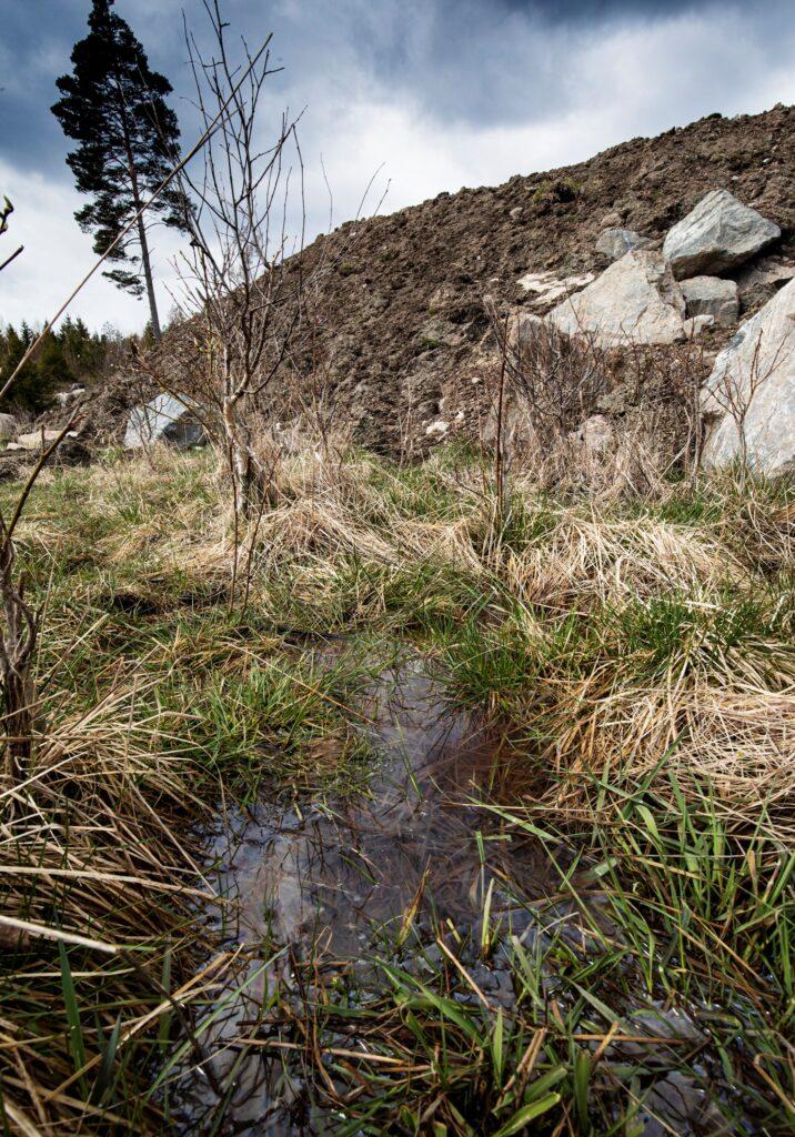 Stor dumphög med fyllnadsmassor vid Bälgviken,