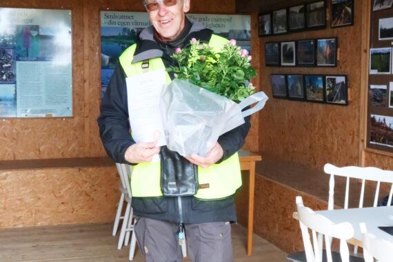 Jan Brenander från Oskarshamnsbygdens Fågelklubb mottar pris som Årets lokala utvecklingsgrupp 2021 i Kalmar län. Foto: Privat.